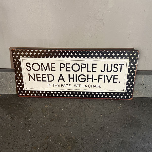 Plåtskylt-med-text,-Some-people-just-need-a-high-five