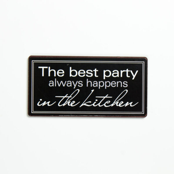 """Skylt """"The best party always happens in the kitchen"""""""