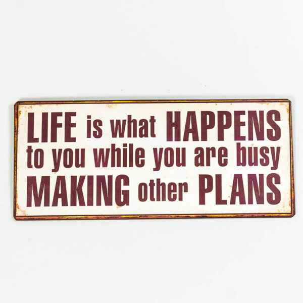 """Skylt """"Life is what happens to you while you are busy making other plans"""""""
