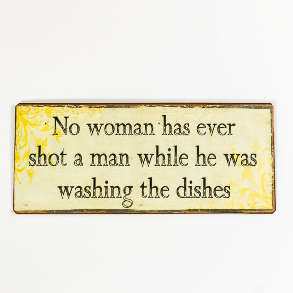 """Skylt """"No woman has ever shot a man while he's doing the dishes"""""""