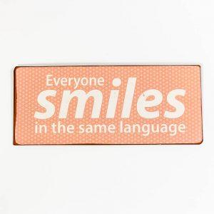 Plåtskylt- Everyone smiles in the same language