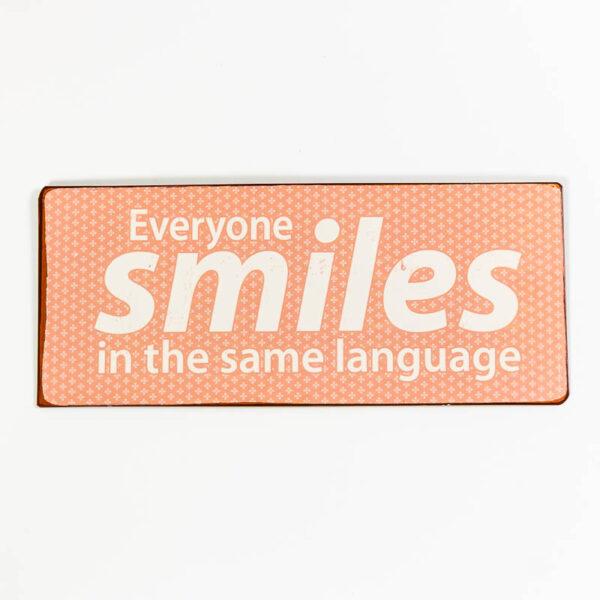"Skylt ""Everyone smiles in the same language"""