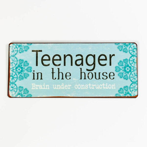 """Skylt """"Teenager in the house, brain under construction"""""""