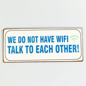 Plåtskylt- We don't have WIFI, talk with each other