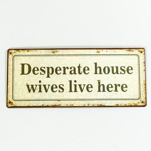 Plåtskylt- Desperate housewives lives here