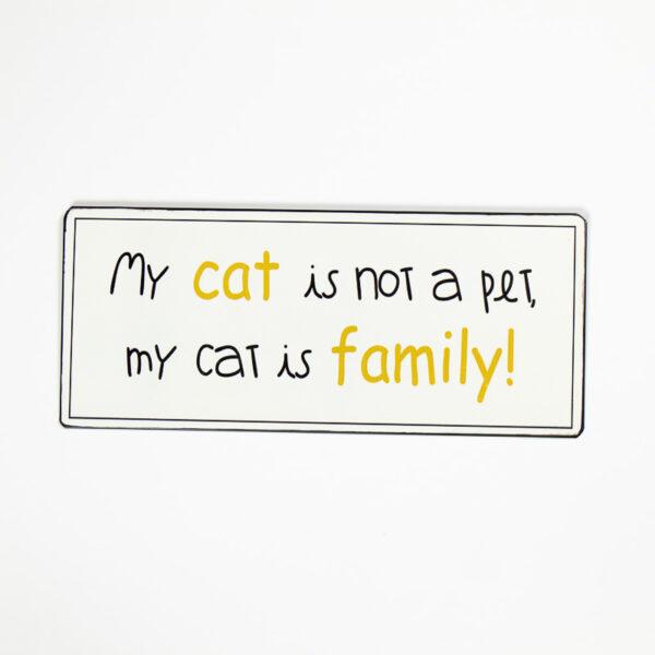 "Skylt ""My cat is not my pet, my cat is my family"""