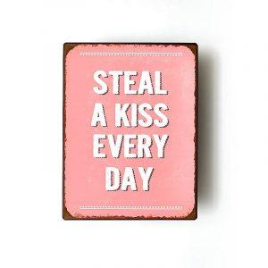 Plåtskylt- Steal a kiss every day