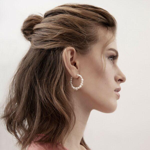 Örhängen Audrey Organic Pearl Guld i öron