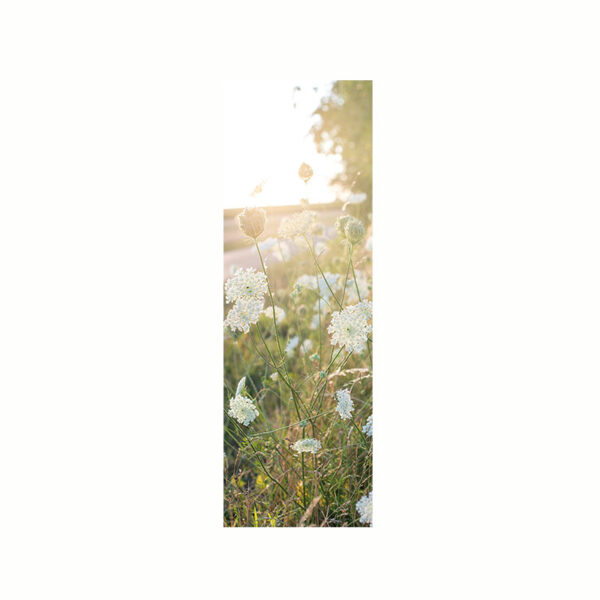 Bokmärke med motiv av en blomsteräng