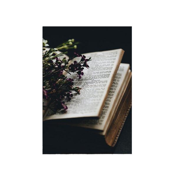 Kort Blomsterbok, en uppslagen bok med vackra blommor på i lila färg