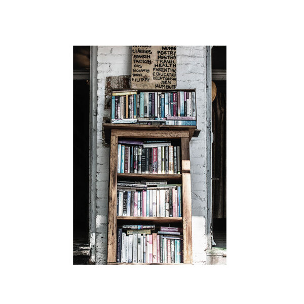 Kort på en vacker gammal bokhylla