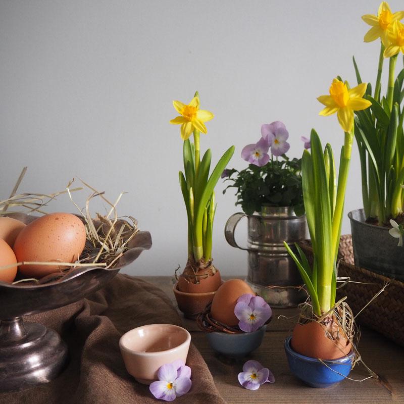 Påskpyssel blommor och äggkoppar