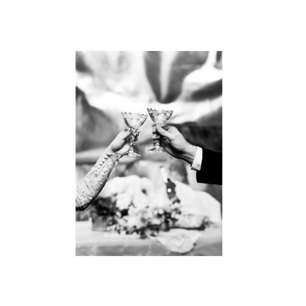 Dubbelvikt Kort - Hands holding glasses svartvitt fotografi