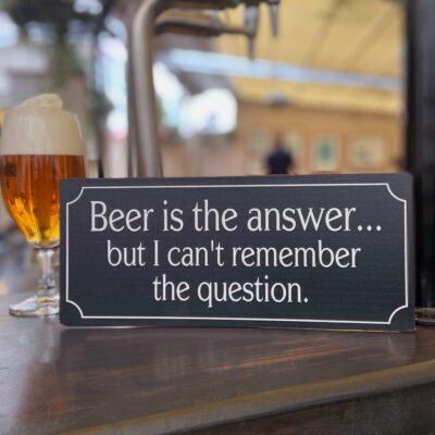 Plåtskylt med rolig text - Beer-is-the-answer