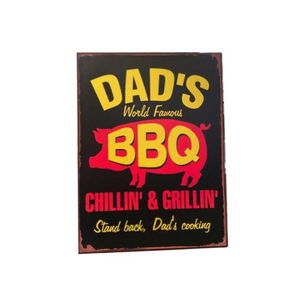 Plåtskylt med rolig text om pappas grillning - Dads bbq